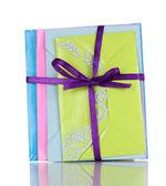 Tas d'enveloppes de couleur avec ruban isolé sur blanc — Photo