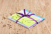 Bando de envelopes de cor com fitas e confetes em fundo de madeira — Foto Stock