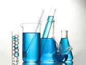Reagenzgläser mit blauer flüssigkeit isoliert auf weiss — Stockfoto