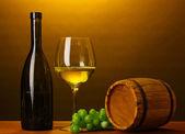 Ve vinném sklípku. složení láhev vína a říčku — Stock fotografie
