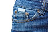 Prezerwatywy w kieszeni jeansów na biały — Zdjęcie stockowe