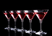 Rouge cocktail dans les verres à martini isolées sur fond noir — Photo