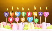 Bolo de aniversário com velas em fundo marrom — Foto Stock