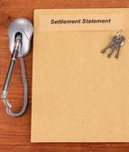 Složku s informacemi o nemovitosti na detail dřevěné pozadí — Stock fotografie