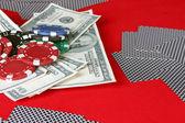 トランプ、ポーカー チップと赤いテーブル上ドル — ストック写真