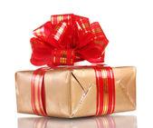 Kırmızı üzerine beyaz izole kurdele ile güzel altın hediye — Stok fotoğraf