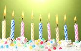 Velas de cumpleaños hermoso sobre fondo verde — Foto de Stock