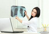 美丽的女孩医生在办公室举行 x 射线 — 图库照片