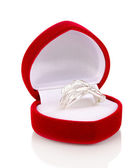 Anillo de plata con cristales claros en la caja de terciopelo rojo aislado en blanco — Foto de Stock