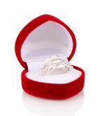 Stříbrný prsten s jasnou krystaly v poli červeném sametu izolované na bílém — Stock fotografie