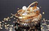 Gri arka plan üzerinde güzel altın bilezik — Stok fotoğraf