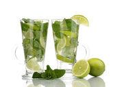 Glazen cocktail met kalk en mint geïsoleerd op wit — Stockfoto