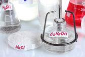 Tubos de ensaio com vários ácidos e produtos químicos em close-up — Foto Stock