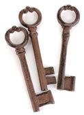 Een bos van antieke sleutels geïsoleerd op wit — Stockfoto