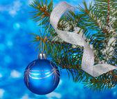 Bola de natal a árvore azul — Foto Stock
