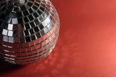 Bola de discoteca em fundo vermelho — Foto Stock