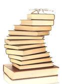 Torre de libros con gafas aislados sobre fondo blanco — Foto de Stock