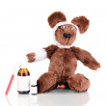 chory niedźwiedź z bandażem na białym tle — Zdjęcie stockowe