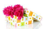ギフト ボックスを白で隔離される美しいピンクの牡丹 — ストック写真