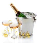 氷とグラス シャンパン、白で隔離されるのバケツでシャンパン ボトル — ストック写真
