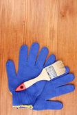 Szczotki i rękawice na drewniane tła — Zdjęcie stockowe