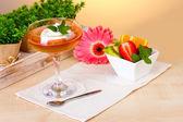 Ovocné želé na sklo a ovoce na stole v kavárně — Stock fotografie