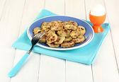 白い木製のテーブルのクローズ アップの日の朝食の卵のボウルに青いロースト カボチャ — ストック写真