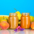 Jars with fruit and vegetables baby food and fruits and vegetables on colorful background — Stock Photo