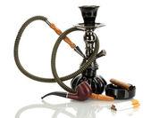 Herramientas - una cachimba, cigarro, cigarrillo y pipa de fumar aislado sobre fondo blanco — Foto de Stock