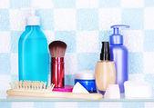 Półka na kosmetyki i przybory toaletowe w łazience — Zdjęcie stockowe