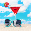 Beach composition of fashionable women's sunglasses and a refreshing drink — Стоковая фотография