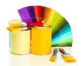 Boîtes de conserve avec la peinture, les pinceaux et lumineuse palette de couleurs isolé sur blanc — Photo