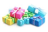 Heldere geschenken met bogen geïsoleerd op wit — Stockfoto