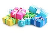 Ljusa gåvor med bågar isolerad på vit — Stockfoto