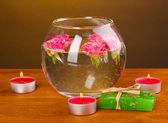 水疗中心组成的蜡烛、 肥皂和浮木背景上的粉红玫瑰 — 图库照片