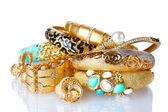 Mooie gouden armbanden en ringen geïsoleerd op wit — Stockfoto