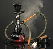 Herramientas de fumar - una cachimba, cigarro, cigarrillo y el tubo sobre fondo negro — Foto de Stock