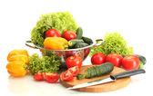 Verse groenten en mes op cutting board geïsoleerd op wit — Stockfoto
