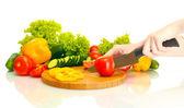 Mujer manos vegetales de corte en pizarra de cocina — Foto de Stock