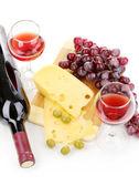 Botella de buen vino con copas de vino y queso aislado en blanco — Foto de Stock