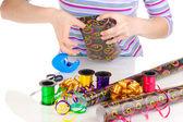 упаковка подарков, окруженный бумага, ленты и банты — Стоковое фото