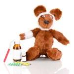 Больные медведь завернутый с повязкой, изолированные на белом — Стоковое фото
