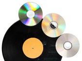 Zwart vinyl record en cd schijven geïsoleerd op wit — Stockfoto