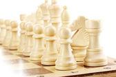 Schackbräde med schackpjäser isolerad på vit — Stockfoto