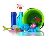 Composición de productos de limpieza con un cubo aislado en blanco — Foto de Stock