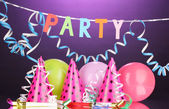 Itens de festa em fundo roxo — Foto Stock