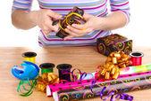 紙、リボン、弓で囲まれたラッピング プレゼント — ストック写真