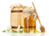 сладкий мед в ствол и банку с акации цветы, изолированные на белом — Стоковое фото