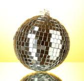 Bola de discoteca em fundo amarelo — Fotografia Stock