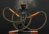 Hookah fumo em fundo preto — Foto Stock